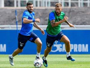 Fokussiert auf den Ball: Schalke-Torjäger Guido Burgstaller (rechts) im Duell mit Daniel Caligiuri.