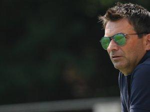 Schalkes Sportvorstand im Sommer-Look: Christian Heidel beobachtet das Training.