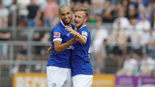 Torschütze für Schalke: Cedric Teuchert (r.) jubelt mit Nabil Bentaleb.