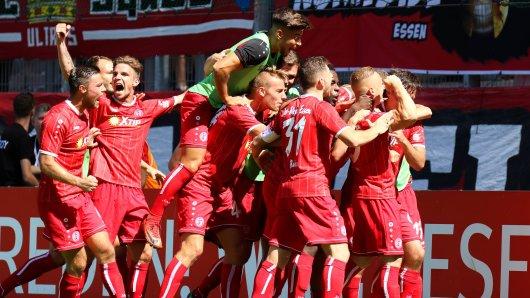 Riesenjubel in Essen: Hier jubeln die RWE-Spieler über das fünfte Tor gegen den Wuppertaler SV.