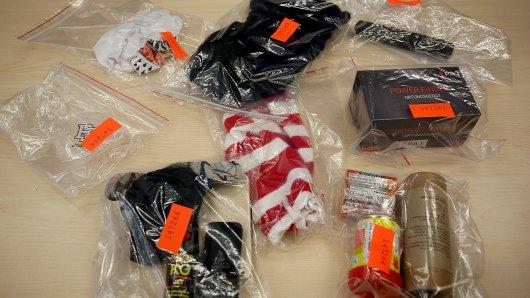 Sichergestellt nach dem Angriff: Sturmhauben, pyrotechnisches Material, Schlagstöcke und ein Ortungsgerät.
