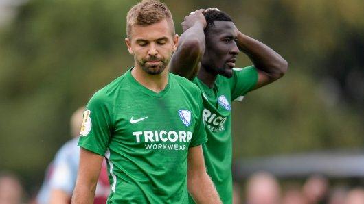 Fassungslos: die Bochumer Stürmer Lukas Hinterseer (vorn) und Silvére Ganvoula (r.).