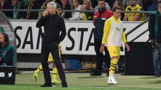 Wieder nicht eingesetzt: Mario Götze (r.) schleicht im Rücken von BVB-Trainer Lucien Favre Richtung Ersatzbank.