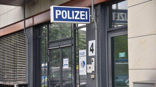 Der Eingang einer Polizeiwache. (Symbolfoto)