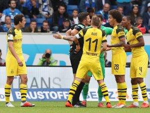 Marco Reus und Axel Witsel können den Platzverweis für Abdou Diallo nicht fassen.