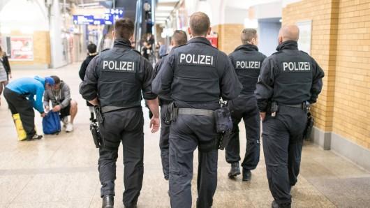 Polizisten an einem Bahnhof. (Symbolfoto)