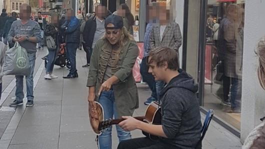 Der Straßenmusiker Jan war sichtlich verblüfft, als der Weltstar Anastacia mit ihm ein Duett sang.