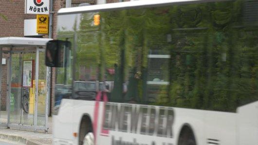 Eine Gruppe Jungendlicher versucht einen Busfahrer auszutricksen. (Symbolbild)