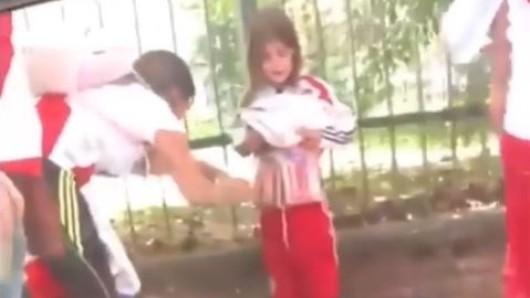 Die Ultras banden Böller um das kleine Mädchen.