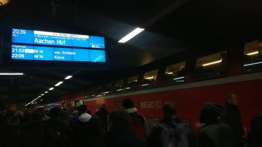 Für Bahnfahrer ein bekanntes Bild: Der RE1 nach Aachen sammelt gerne Verspätung.