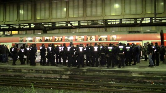 Wegen der Fan-Krawalle musste der Duisburger Hauptbahnhof zeitweise gesperrt werden.