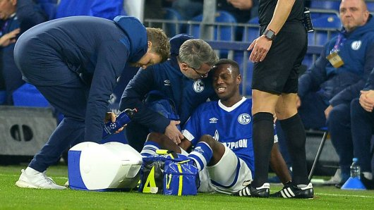 Der FC Schalke muss um Hamza Mendyl bangen.