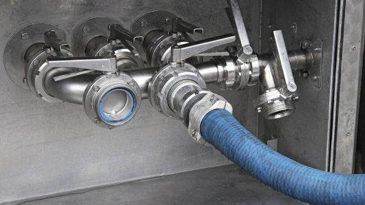 Schlauchanschluss eines Milchtransporters. (Symbolbild)