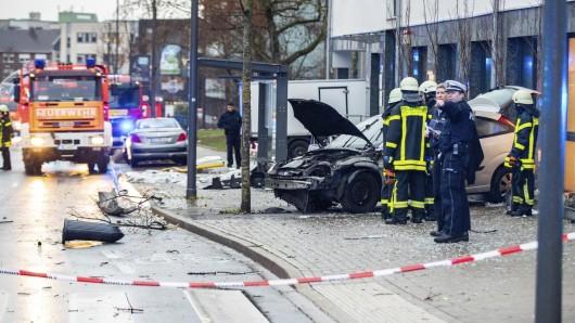 Der Autofahrer  ist in Recklinghausen in eine Gruppe wartender Menschen an einer Bushaltestelle gerast und hat mehrere Personen verletzt.