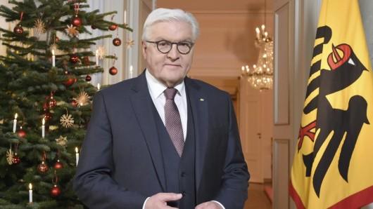 Bundespräsident Frank-Walter Steinmeier steht nach der Aufzeichnung der traditionellen Weihnachtsansprache des Bundespräsidenten im Schloss Bellevue vor einem geschmückten Weihnachtsbaum.