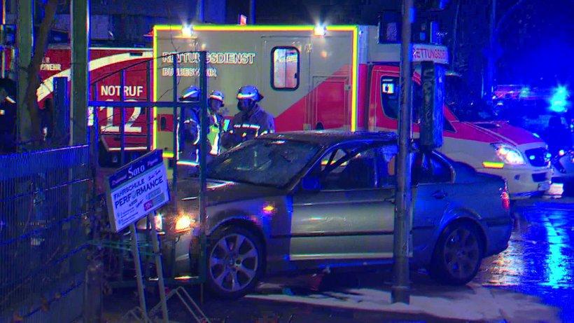 Auto rast in Fußgängergruppe – Frau (28) schwebt in Lebensgefahr