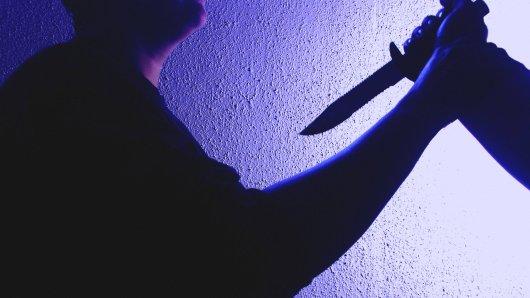 Bei einer Messerattacke in Cottbus wurde eine Mann (28) schwer verletzt. Die Erklärung der Stadt nach der Tat sorgt für großen Unmut.