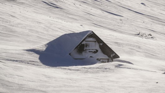 Schweiz, Schwägalp: Ein Gebäude ist von den Schneemassen fast vollständig umgeben.