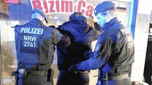 Polizisten kontrollieren am 12. Januar einen Mann bei einer Großrazzia. Auch im Nachgang bleiben die Beamten hart, wenn es um illegal betriebene Gaststätten geht.