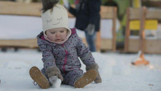 Die kleine Palina erfreute sich bereits am Montag am Schnee am Hohenstein in Witten.