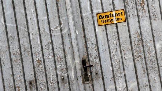 Großer Schaden, kleiner Ertrag: Ein Autofahrer fuhr in Recklinghausen eine Garage zu Schrott. (Symbolbild)