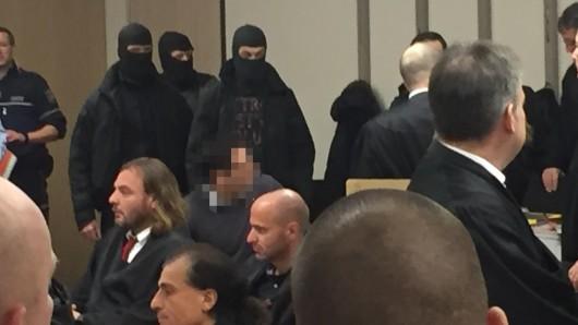 Einheiten eines SEK begleiten einen der Angeklagten in den Gerichtssaal.