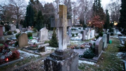 Die Partynacht auf dem alten Friedhof von Rothenburg ob der Tauber ist völlig eskaliert.