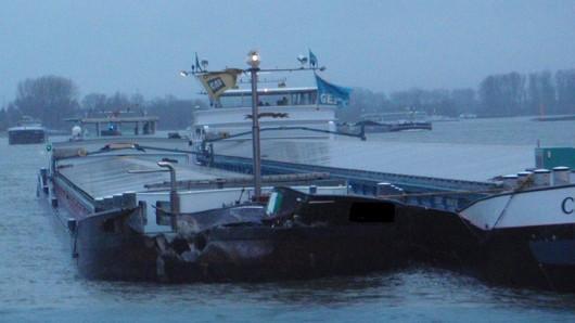 Zwei Schiffe sind auf dem Rhein bei Düsseldorf kollidiert: Mehrere Liter Gasöl sind ausgelaufen.