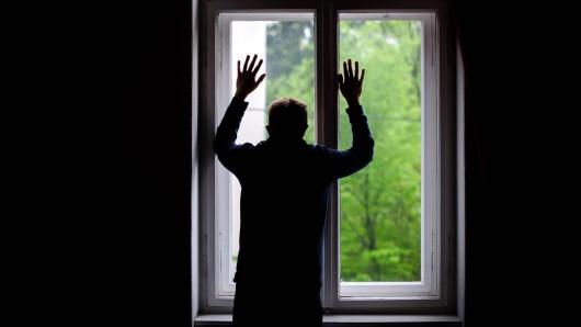 Jürgen Duda traut sich seit Wochen nicht mehr vor die Haustür. Irgendjemand hat eine schlimme Drohung vor seine Haustür geschmiert. (Symbolbild)