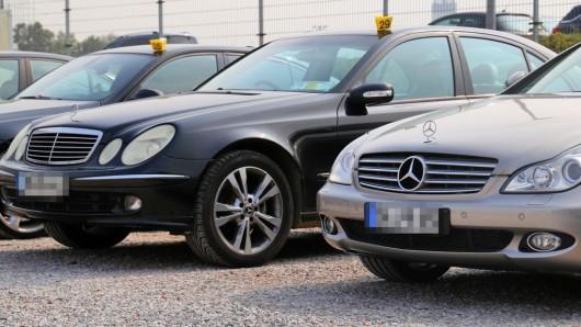 Vor dem Duisburger Jobcenter beschlagnahmten Polizei und Staatsanwaltschaft mehrere Luxusautos - einige müssen nun zurückgegeben werden.
