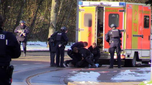 Einsatzkräfe überwältigen den Mann, der sich in einem Rettungswagen verschanzt hatte.