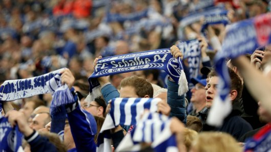 Die Schalke-Fans sammelten beim Spiel gegen Borussia Mönchengladbach Spenden für die Hinterblieben einer Feuertragödie in Oberhausen.