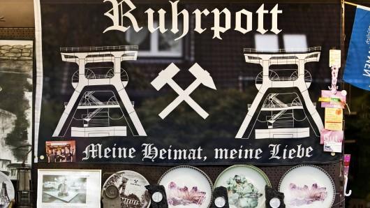 Andenken an das Ruhrgebiet im Schaufenster einer Trinkhalle.
