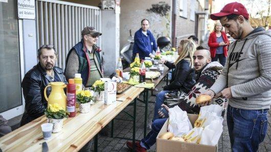 Die Bewohner der Häuser an der Husemannstraße kommen nun vorerst in Flüchtlingsunterkünften unter. Am Freitag empfangen sie Mitglieder der Flüchtlingshilfe mit einem Grillfest.