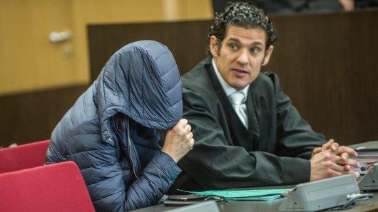 Die Angeklagte Carmen H. (60) zusammen mit ihrem Anwalt Nicolei Mameghani beim Totschlag-Prozess im Landgericht Düsseldorf.