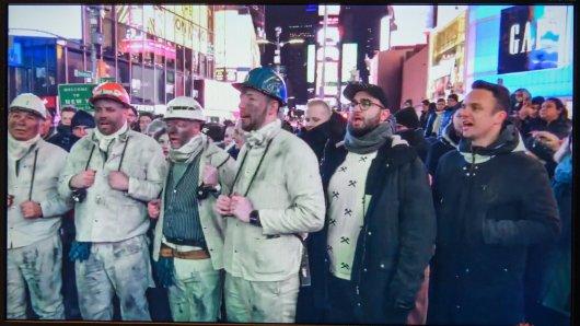 Die Grubenhelden um Matthias Bohm, rechts, singen am Samstag, 09.02.2019, auf dem Times Square in New York City das Steigerlied. Das Gladbecker Modelabel präsentiert in den Folgetagen seine Pottmode in New York.