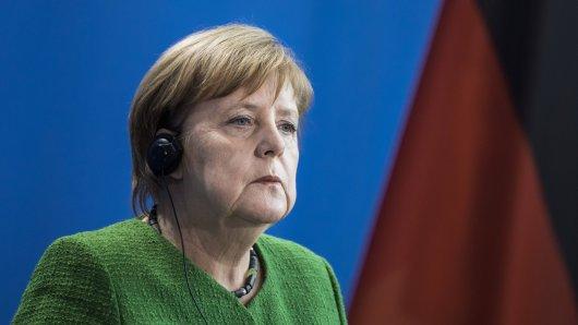 Angela Merkel wird von Frank Rosin hart angegangen.