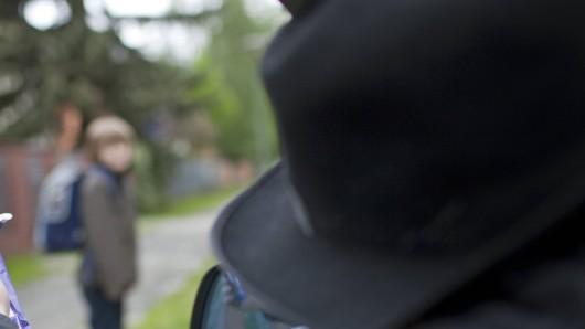 Ein Verdächtiger, der ein Kind in Velbert in sein Auto gelockt haben soll, konnte ermittelt werden. (Symbolfoto)