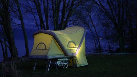 Das B-Turtle ist ein Zelt im Radanhänger. Wolfgang Dewald aus Duisburg verleiht einen solchen Anhänger.