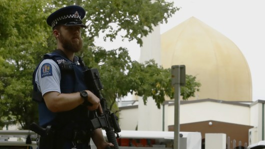 Nach einem Anschlag auf die Al-Nur-Moschee in Christchurch, Neuseeland, wurde das Gebetshaus von der Polizei umstellt.