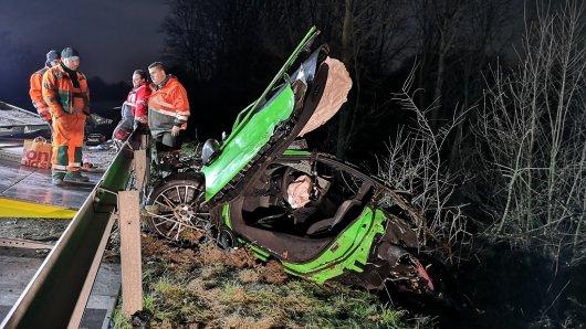 Einsatzkräfte bergen das Wrack nach dem tödlichen Unfall an der A52 in Essen.