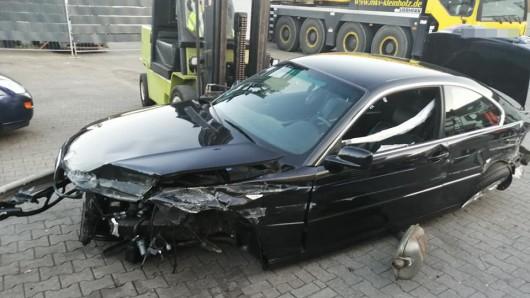 Der BMW ist nach dem Unfall auf der A52 völlig zerstört. Vom Unfallverursacher fehlt jede Spur.