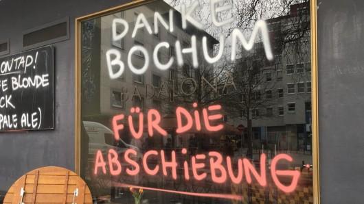 Ein Koch des Badalona in Bochum wird abgeschoben. Sein Chef setzt mit diesem Schriftzug ein Zeichen.