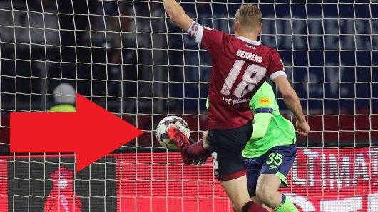Nürnberg-Kapitän Behrens spitzelt den Ball an Schalke-Torwart Nübel vorbei ins Tor.