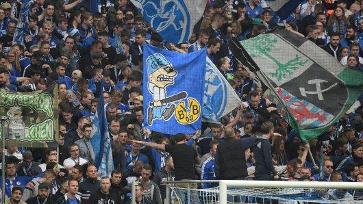 Anhänger des FC Schalke 04 pflegen eine gesunde Rivalität zu BVB-Fans. (Archivbild).