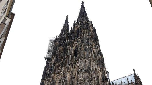 Einsatzkräfte mussten am Karfreitag eine Frau aus dem Kölner Dom bergen. (Symbolbild)