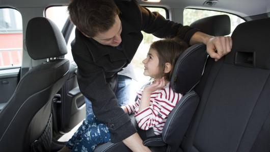 Ein Zettel auf einem Kindersitz kann in Notsituationen Leben retten. (Symbolbild)