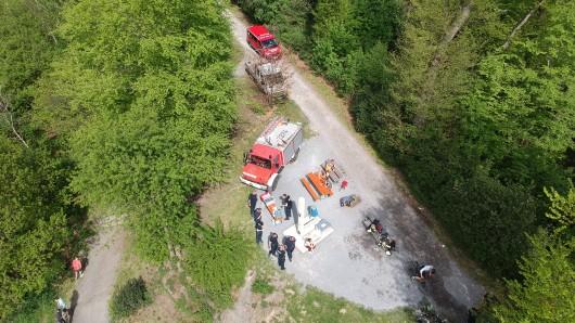 """Die Feuerwehr rückte zu dem Waldstück an der Aussichtsplattform """"Korte Klippe"""" aus."""