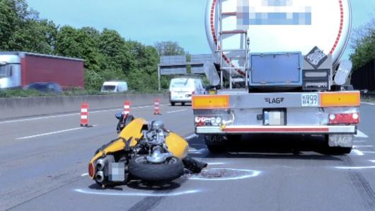 Ein Motorradfahrer ist mit einem Lkw auf der A40 bei Duisburg zusammengestoßen.