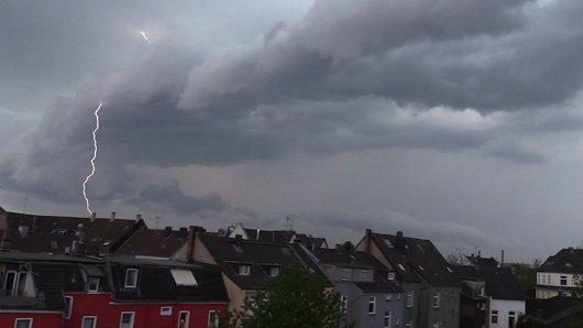 Über dem Ruhrgebiet (hier Essen-Kray) braut sich ein Unwetter zusammen.